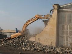 В Киеве сносят незаконно построенный автосалон