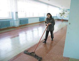 Школам Севастополя не хватает уборщиц, а тем – зарплаты