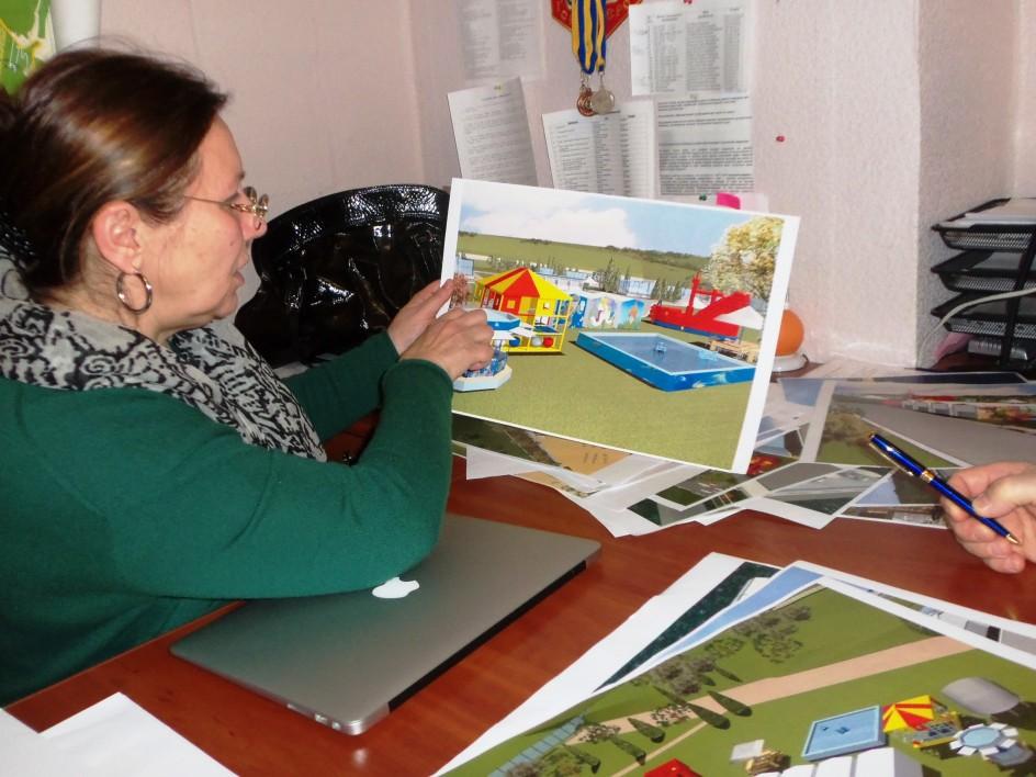 Ирина Одинцова, заместитель директора КП «Благоустройство»,  презентует эскизы пляжа.