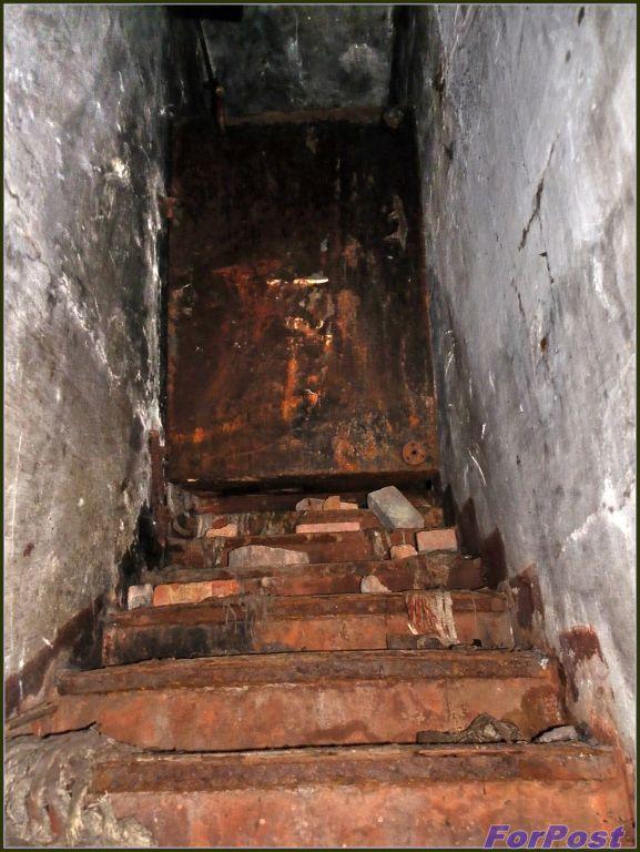 Застрявшая в лестничном проёме топливная цистерна дизельного генератора