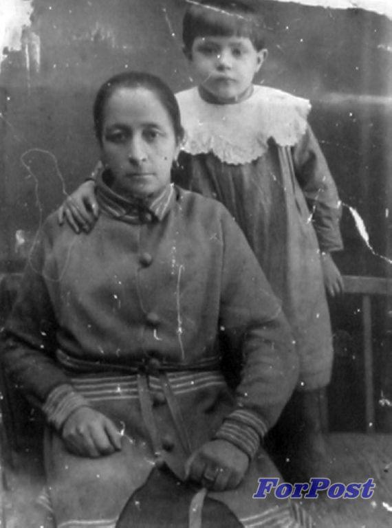 Александра Перфильевна Белова с внучкой Леной. Проживали по адресу Подгорная, 34. Погибли 22 июня 19