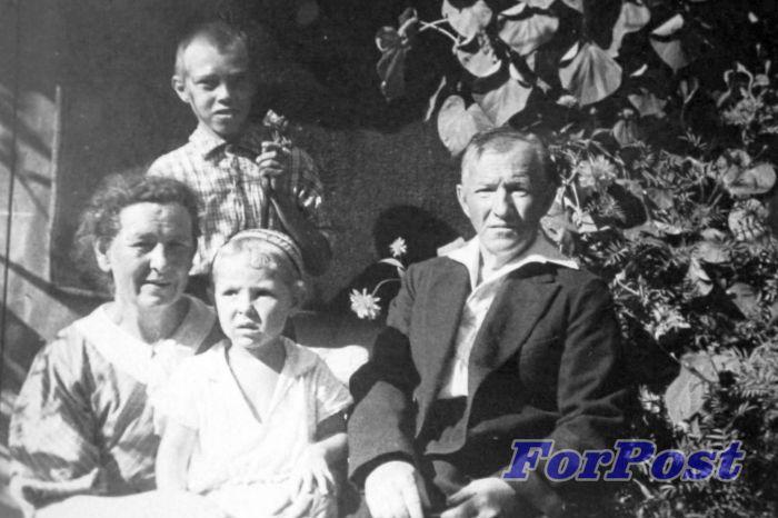 Илл 6. Дед, баба, Жора, Валя во дворе Подгорная 20 фото К.И.Москаленко