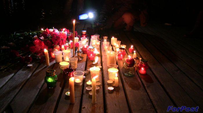 Севастопольцы спустили цветы наморе впамять ожертвах крушения Ту-154