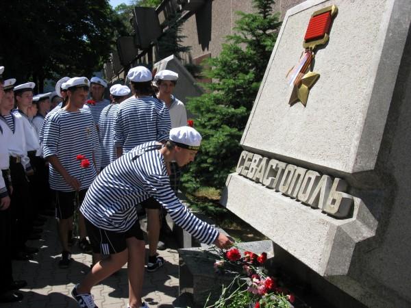 Фоторепортаж: в Севастополе отметили годовщину начала войны шлюпочным парадом фото 19