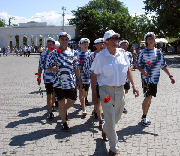 Фоторепортаж: в Севастополе отметили годовщину начала войны шлюпочным парадом фото 5