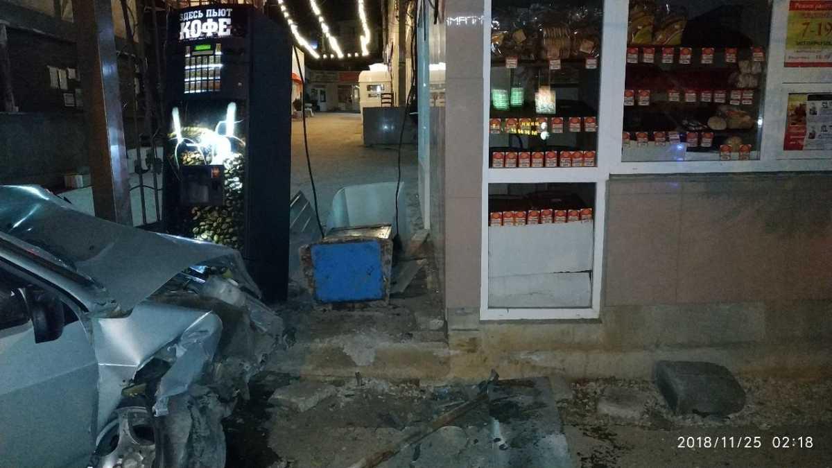В Севастополе водитель расплющил автомобиль о ворота рынка