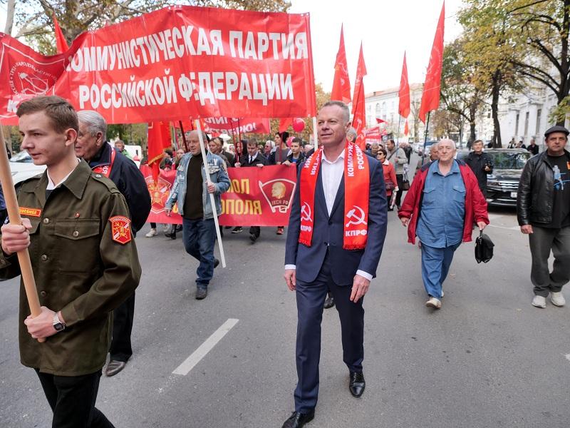 Севастопольцы вышли на демонстрацию в честь Октябрьской революции