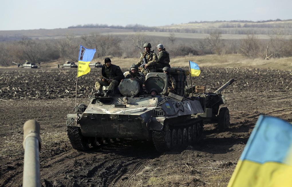 """Украинская бронетехника в 100 м от """"серой зоны"""" на Донбассе"""