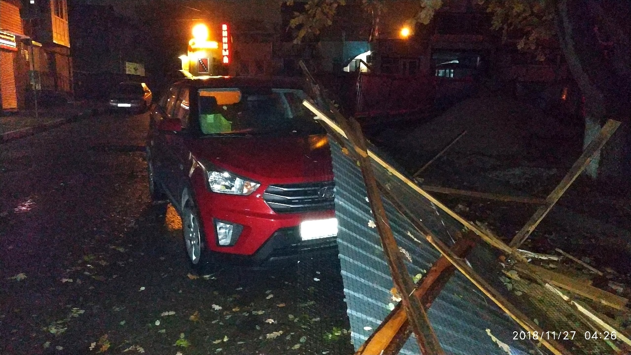 В Севастополе ветер валит всё, что плохо стоит