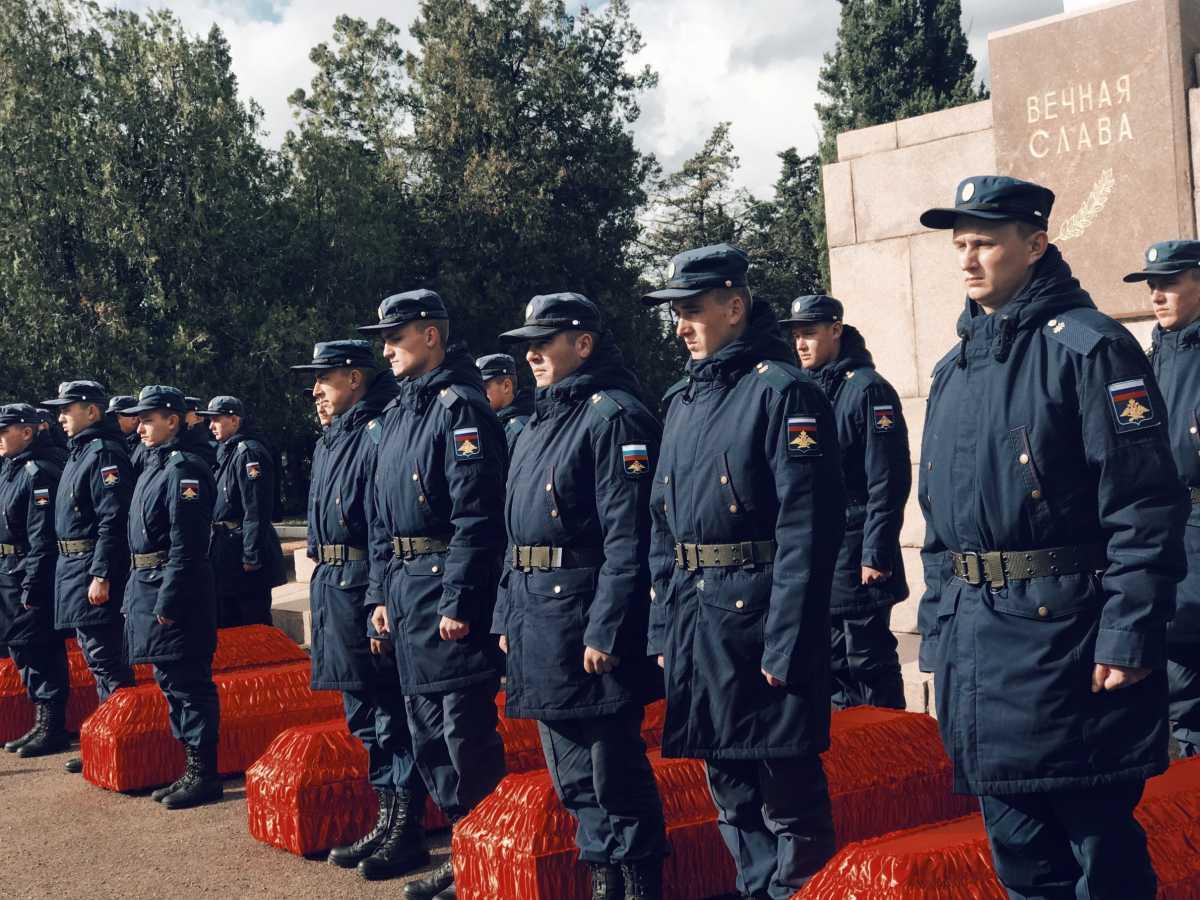 Освободителей Севастополя проводили оружейным салютом и сильным ливнем