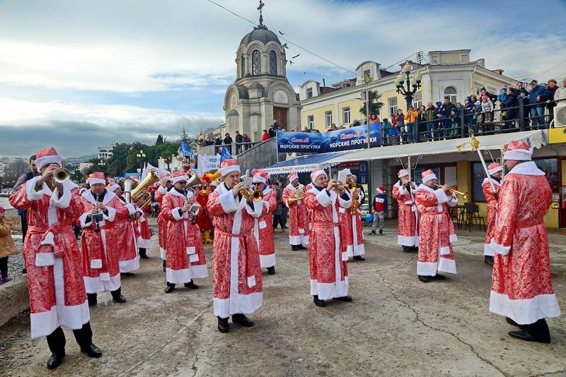 Сотни Дедов Морозов и Снегурочек прошлись парадом по Ялте