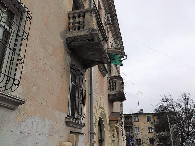 Фотофакт: Балконы, фасады, стены, или Когда «оживут» дома Севастополя