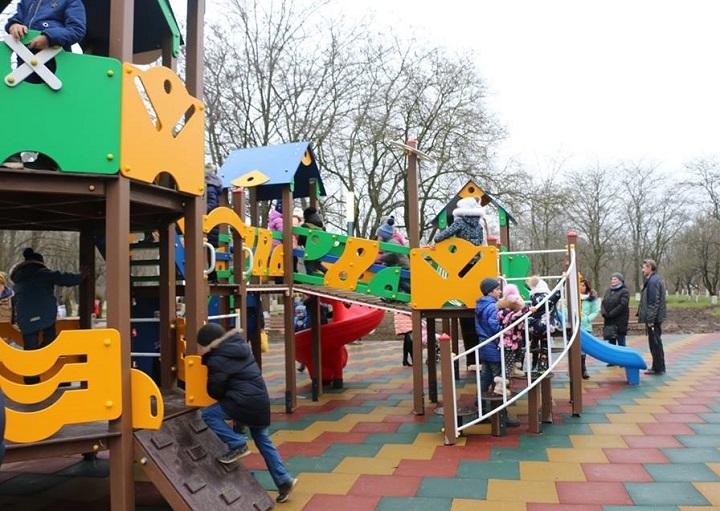 Керчанам подарили обновлённый Комсомольский парк