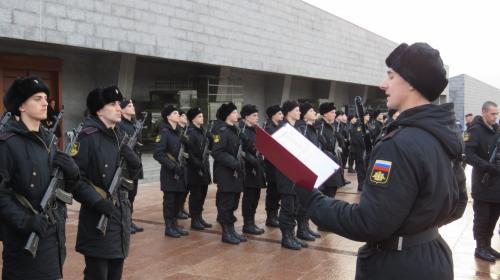 ForPost- В День Героев Отечества морпехи ЧФ и юнармейцы дали клятву на 35-й береговой батарее