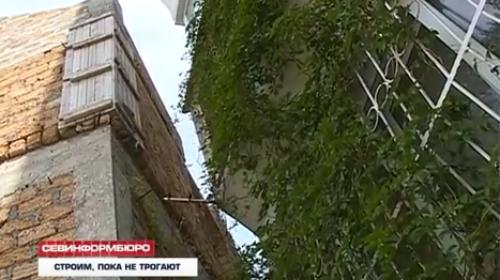 ForPost- Пятиэтажный недострой в Севастополе опасно наклоняется в сторону жилого дома