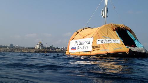 ForPost- Россиянин намерен доплыть от Севастополя до Афин с плотом за спиной