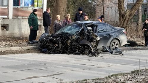 ForPost- В Крыму разогнавшийся бумер разнесло от удара в дерево