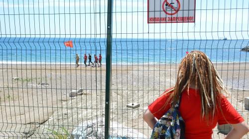 ForPost- Севастопольские комсомольцы проникли в логово пляжного милитаризма