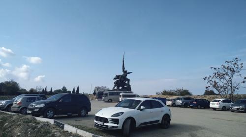ForPost- Севастопольцы не спешат покидать парковку у памятника Солдату и Матросу