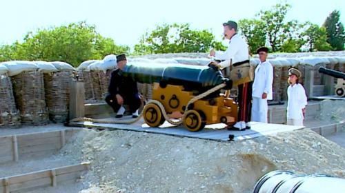 ForPost - В севастопольском парке живой истории установили 24-фунтовый макет морской пушки