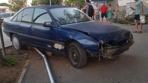 ForPost - Под «косым» углом: в Севастополе водитель снёс дорожный знак