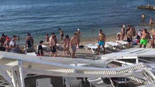 ForPost - В Севастополе бьются над загадкой рухнувшего пляжного навеса и мостят Хрустальный бесполезной плиткой