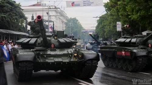 ForPost- Советские танки и женский батальон: как прошёл Парад Победы в Севастополе