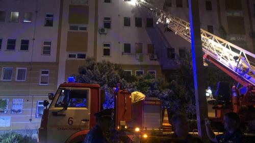 ForPost - В Севастополе посреди ночи пожарные эвакуировали 50 человек и спасли кота