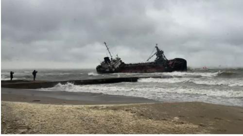 ForPost - Зеленский потребовал убрать затонувший в Одессе танкер