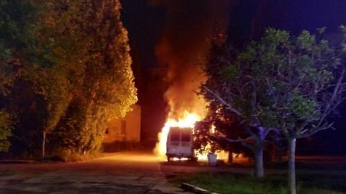 ForPost - Ночью в Севастополе дотла сгорел микроавтобус