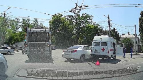 ForPost - В Севастополе ехавшая на вызов «скорая» попала в ДТП