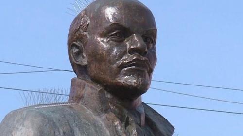 ForPost - «Ирокез» с шипами сделали памятнику Ленина в Магадане