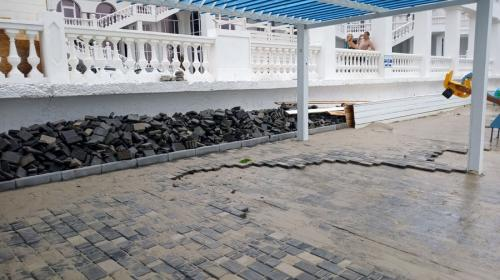 ForPost - В Севастополе небольшой шторм уничтожил только что отремонтированный пляж