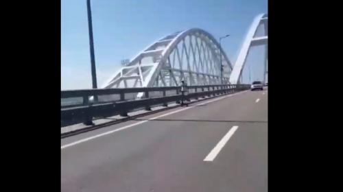 ForPost - Пешеход на самокате пересек Крымский мост