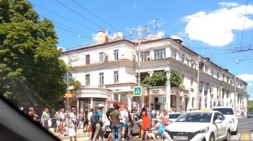 ForPost - В центре Севастополя пешеход попал под колёса стоявшего автомобиля