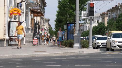 ForPost - «Это же Москва!»: Варламов прогулялся по центральной улице Севастополя