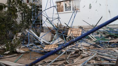 ForPost - При ремонте фасада дома в Севастополе рухнули строительные леса
