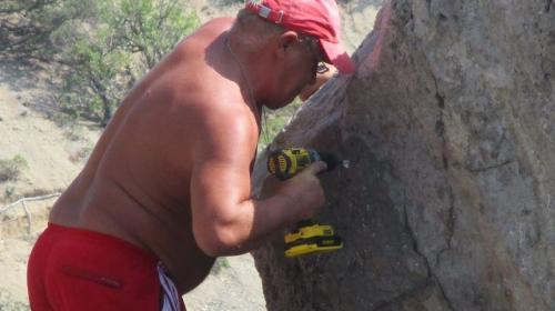ForPost - Турист в Крыму назвал скалу в свою честь и прибил к ней табличку