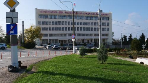ForPost- На площади Восставших перед зданием УМВД в Севастополе снесли все старые ели