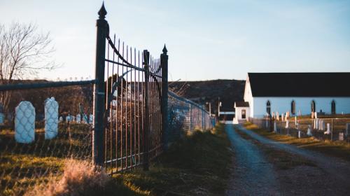 ForPost- Крымчанин смотрит на мир через кладбищенскую оградку