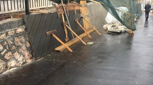ForPost - Будет ещё красивее: Подпорную стену под елями на Восставших замазывают цементом