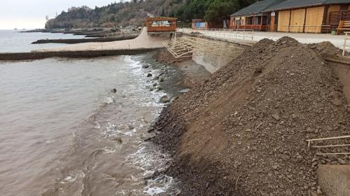 ForPost- В Крыму галечный пляж пытались расширить землей