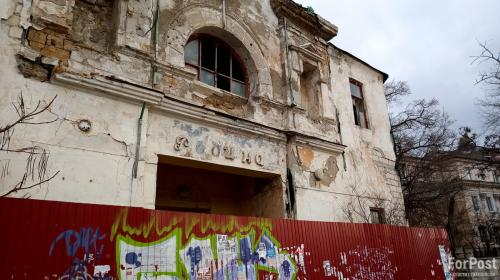 ForPost- В Севастополе продолжает разрушаться старейший кинотеатр юга России
