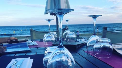 ForPost- Крымские рестораны незаконно вышли в море