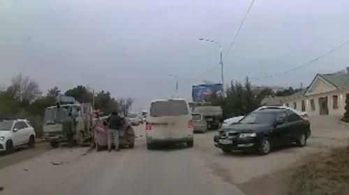 ForPost- В Севастополе водитель грузовика спровоцировал тройное ДТП