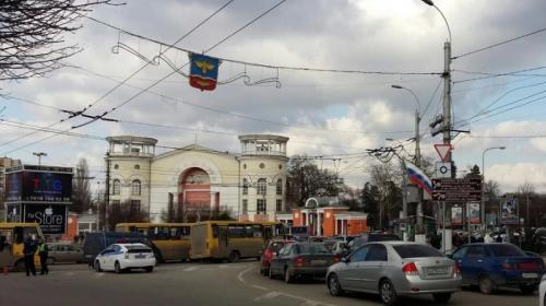 ForPost- На центральном проспекте столицы Крыма сотни люков провалились под землю