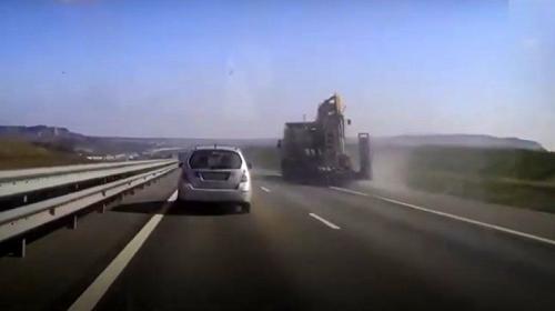 ForPost - На трассе «Таврида» экскаватор зацепил мост торчащим ковшом
