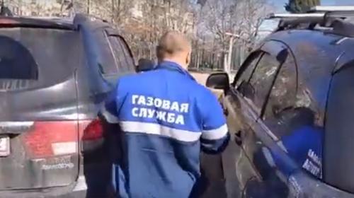 ForPost- «Газовый аферист» спрятался от севастопольцев в машине