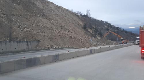 ForPost- Оползень под Севастополем парализовал трассу «Таврида» и Президентскую дорогу