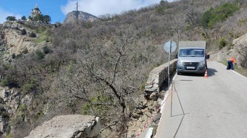 ForPost- Из-за обвала на крымской дороге ограничили движение